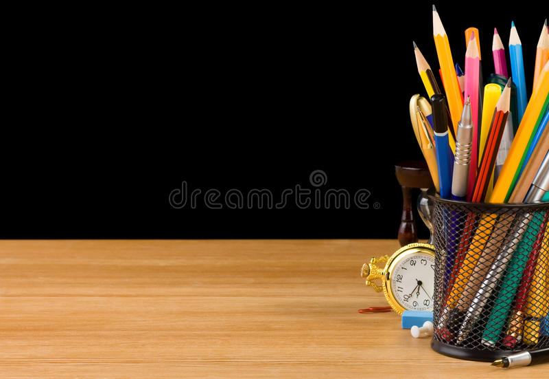 σχολικές προμήθειες κατόχων καλαθιών μαύρες στοκ φωτογραφία