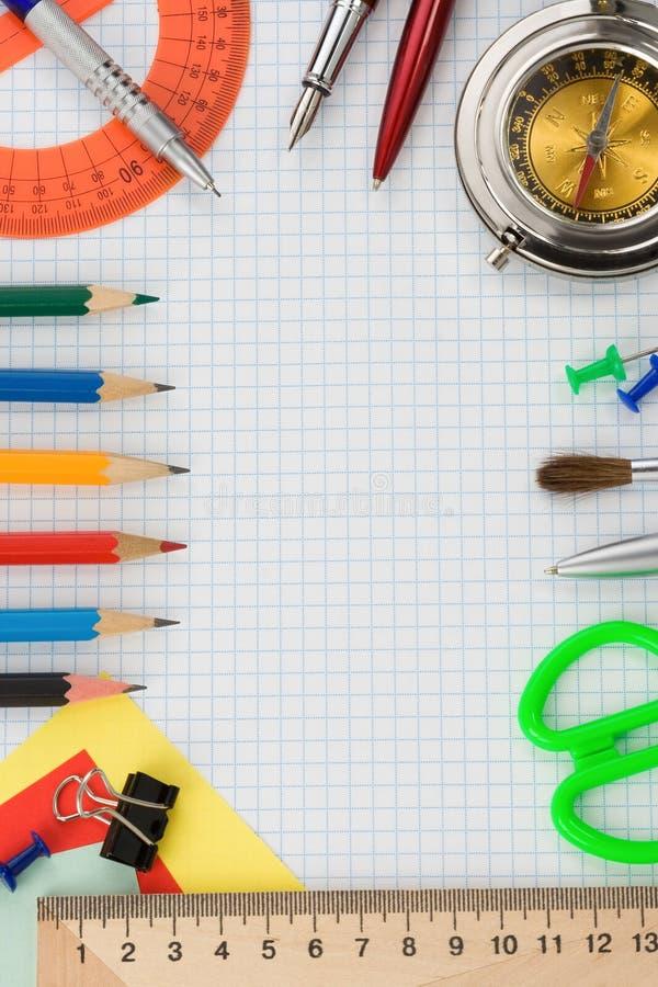 Σχολικές προμήθειες σε ελεγχμένο χαρτί στοκ φωτογραφίες