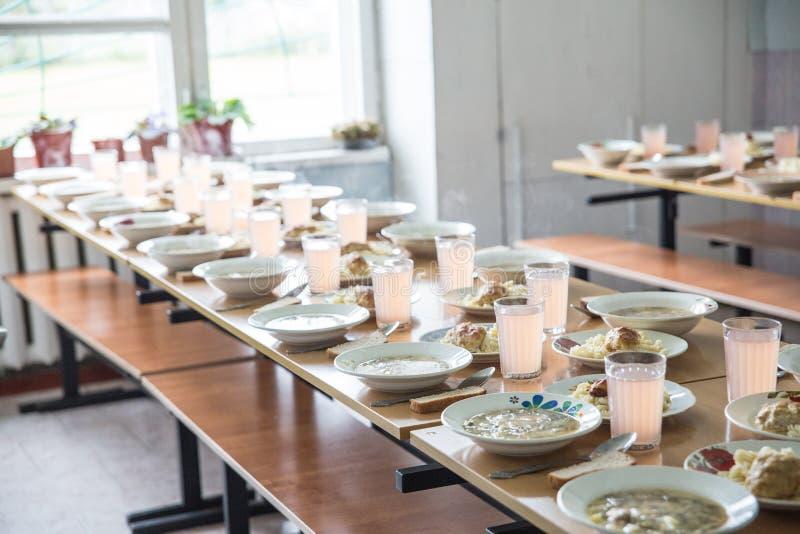 Σχολική καντίνα, που μαγειρεύει για το μεσημεριανό γεύμα για τους σπουδαστές, αγροτικό σχολείο στοκ εικόνες