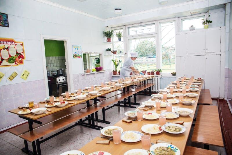 Σχολική καντίνα, που μαγειρεύει για το μεσημεριανό γεύμα για τους σπουδαστές στοκ εικόνες με δικαίωμα ελεύθερης χρήσης