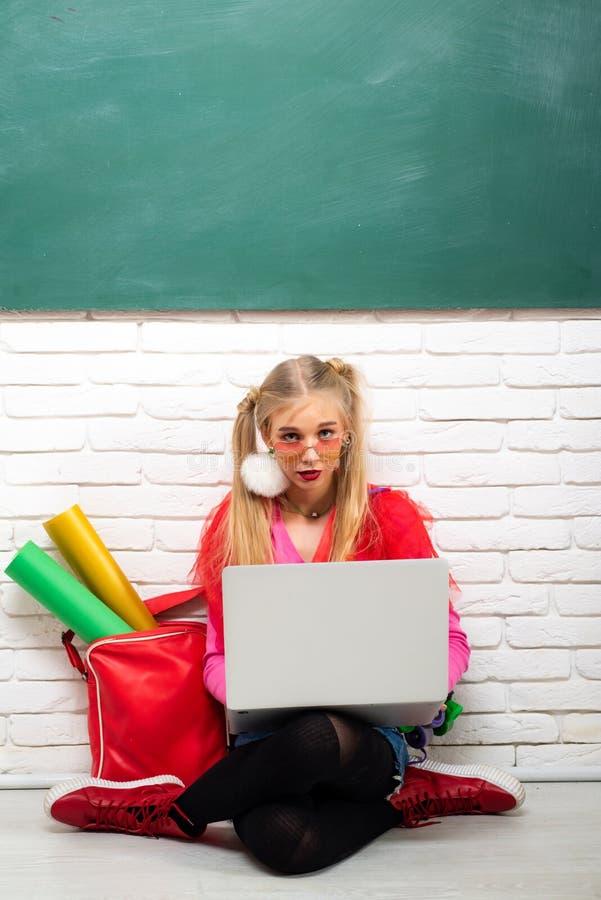 Σχολική μόδα Δημιουργικός έφηβος Μοντέρνο υπόβαθρο πινάκων κιμωλίας σπουδαστών κοριτσιών δημιουργικό Μοντέρνο δημιουργικό σύγχρον στοκ εικόνα με δικαίωμα ελεύθερης χρήσης
