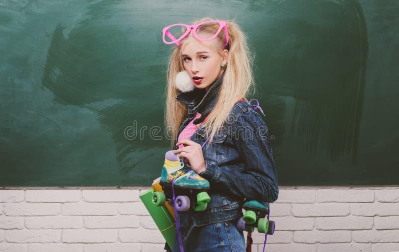Σχολική μόδα Δημιουργικός έφηβος Μοντέρνο υπόβαθρο πινάκων κιμωλίας σπουδαστών κοριτσιών δημιουργικό o Μοντέρνος δημιουργικός στοκ εικόνα με δικαίωμα ελεύθερης χρήσης