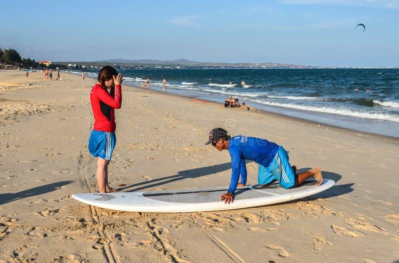 Σχολικοί σπουδαστές κυματωγών που εκπαιδεύουν στην παραλία στοκ εικόνες