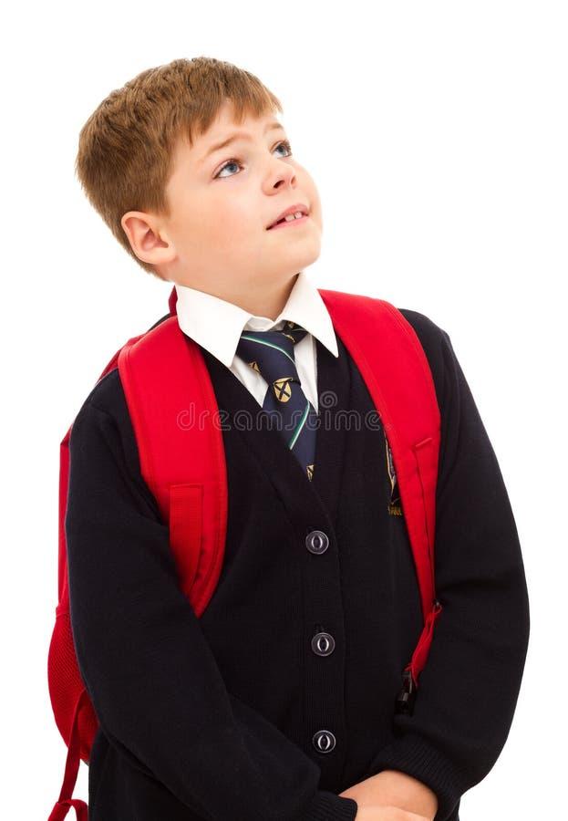 Σχολικό αγόρι που στέκεται και που ανατρέχει. στοκ φωτογραφία με δικαίωμα ελεύθερης χρήσης