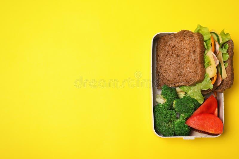 Σχολικό καλαθάκι με φαγητό των υγιών τροφίμων στο υπόβαθρο χρώματος στοκ εικόνα με δικαίωμα ελεύθερης χρήσης