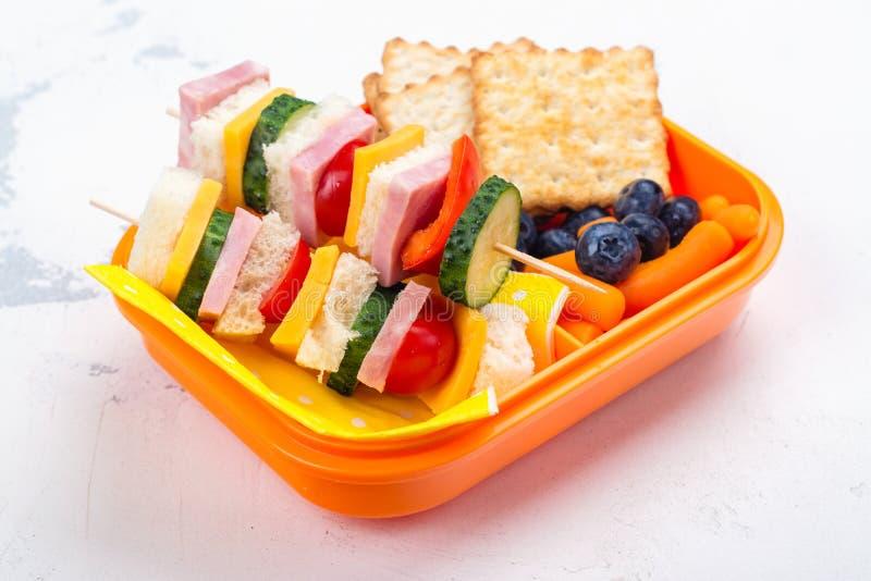 Σχολικό καλαθάκι με φαγητό στοκ φωτογραφίες
