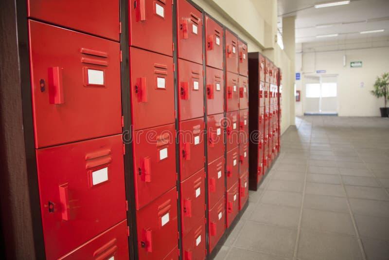 Σχολικά κόκκινα ντουλάπια στοκ φωτογραφίες