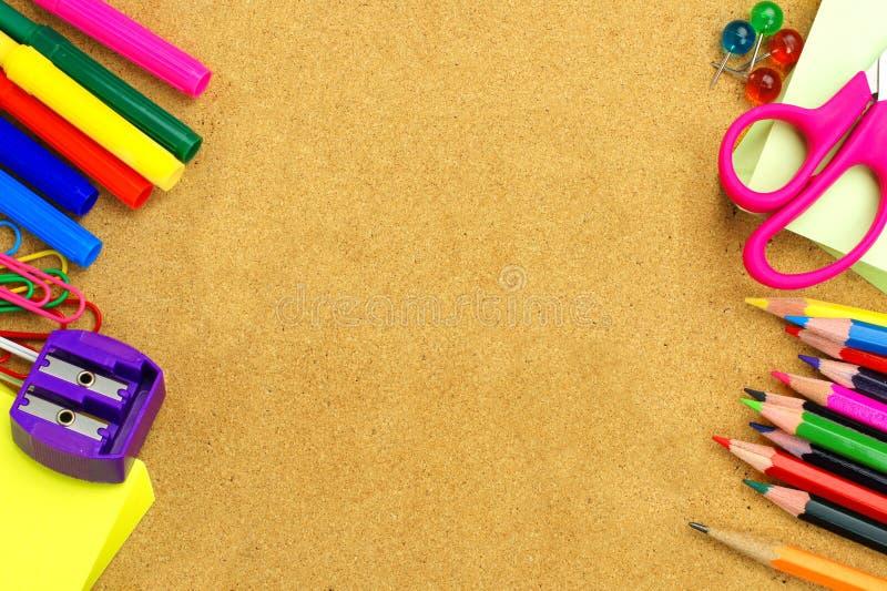 Σχολικές προμήθειες και υπόβαθρο πινάκων δελτίων στοκ φωτογραφίες