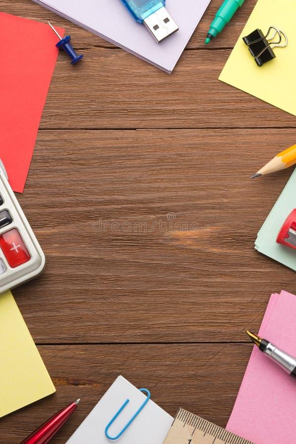Σχολικές προμήθειες στο ξύλο στοκ εικόνες