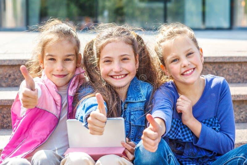 Σχολικοί σπουδαστές με την ταμπλέτα στοκ φωτογραφίες