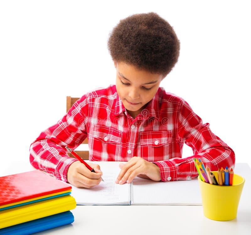 Σχολικό αγόρι αφροαμερικάνων που δίνει την εξέταση στοκ φωτογραφίες