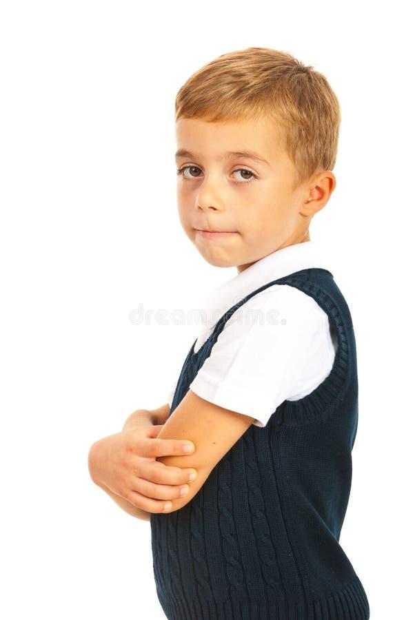 Σχολικό αγόρι με τα όπλα που διπλώνονται στοκ εικόνα