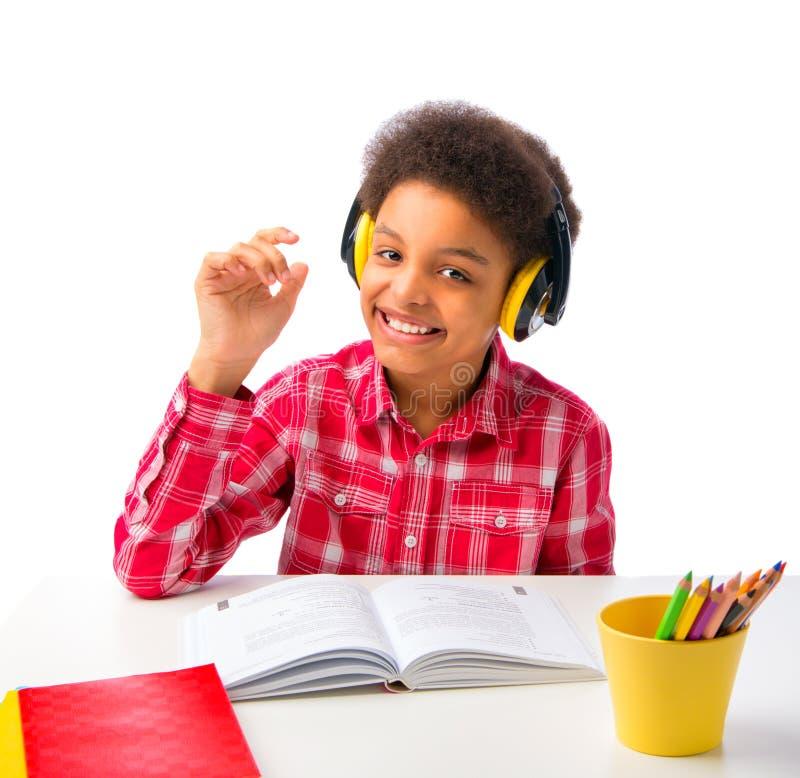 Σχολικό αγόρι με την απόλαυση κασκών στοκ εικόνα