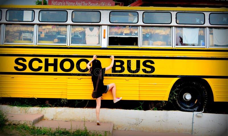 Σχολικό λεωφορείο με ένα μικρό κορίτσι στοκ φωτογραφία με δικαίωμα ελεύθερης χρήσης