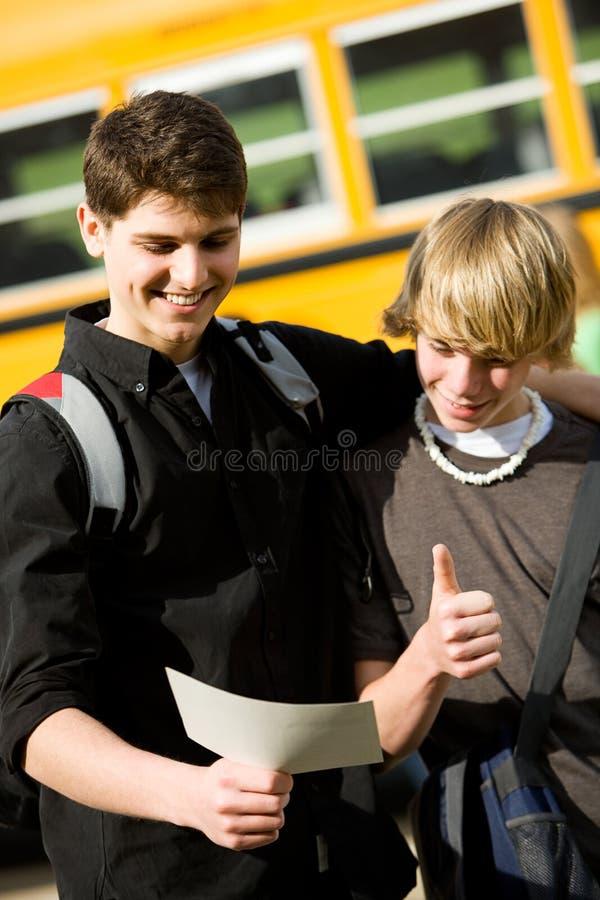 Σχολικό λεωφορείο: Ο έξυπνος έφηβος παίρνει τον καλό σχολικό έλεγχο στοκ εικόνα με δικαίωμα ελεύθερης χρήσης