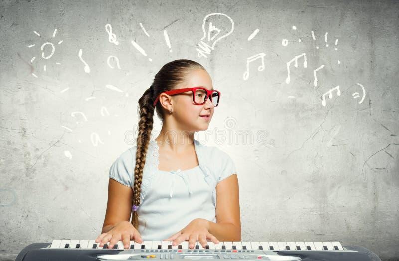 Σχολικό κορίτσι με το πιάνο στοκ εικόνα με δικαίωμα ελεύθερης χρήσης