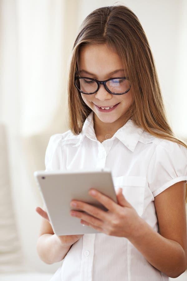 Σχολικό κορίτσι με το PC ταμπλετών στοκ φωτογραφία με δικαίωμα ελεύθερης χρήσης