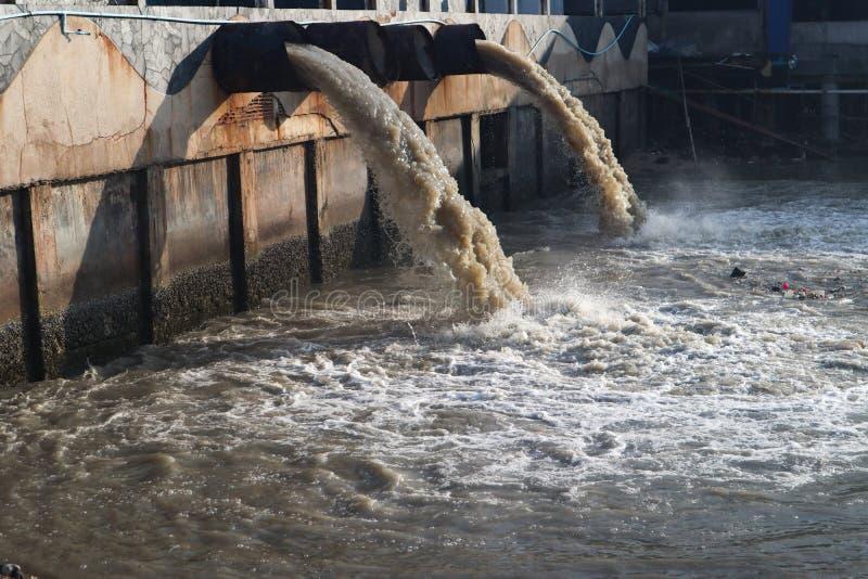 Σωλήνας απαλλαγής νερού αποβλήτων στο κανάλι και τη θάλασσα στοκ φωτογραφίες με δικαίωμα ελεύθερης χρήσης