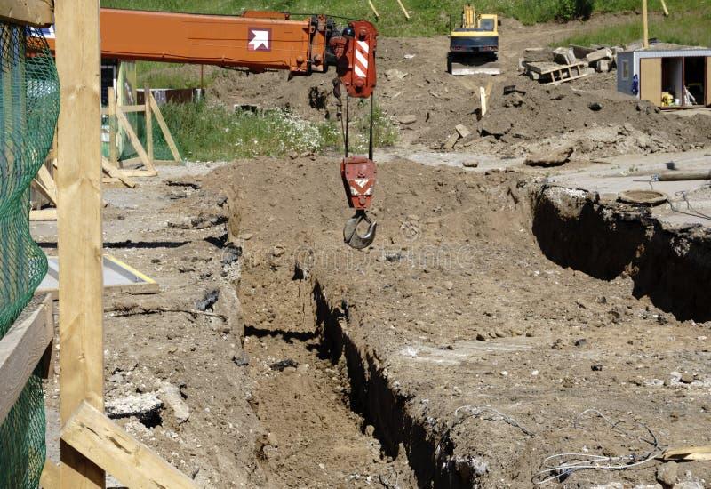 Σωλήνας σε ένα εργοτάξιο οικοδομής οι σωλήνες σιδήρου ήταν τοποθετημένα λύματα ευθυγραμμίζονται στον ιστοχώρο στοκ εικόνα