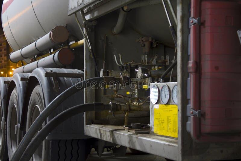 Σωλήνες αερίου, αγωγός αερίου από το φορτηγό δεξαμενών για να τοποθετήσει σε δεξαμενή στοκ εικόνες