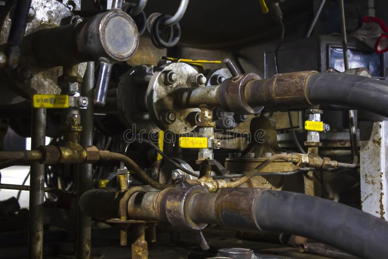 Σωλήνες αερίου, αγωγός αερίου από το φορτηγό δεξαμενών για να τοποθετήσει σε δεξαμενή στοκ φωτογραφίες