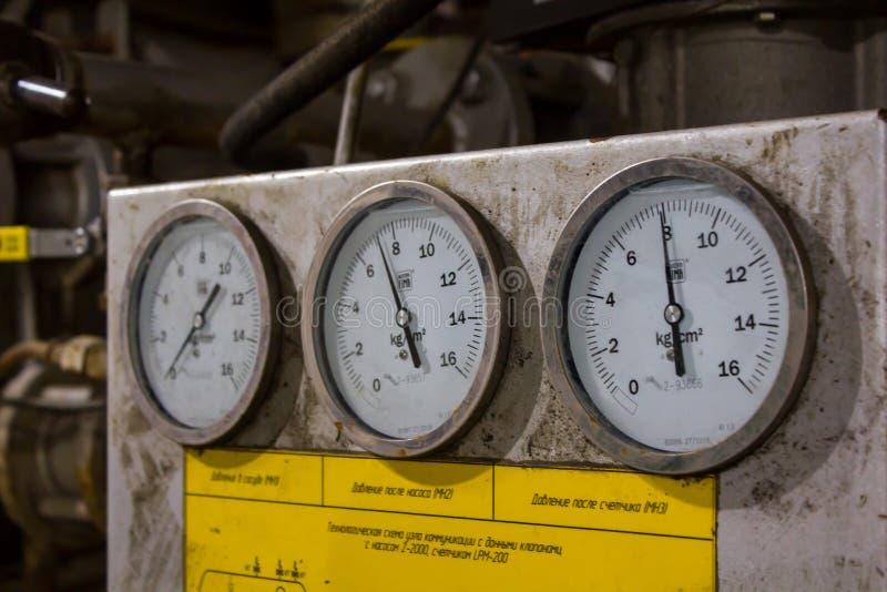 Σωλήνες αερίου, αγωγός αερίου από το φορτηγό δεξαμενών για να τοποθετήσει σε δεξαμενή στοκ φωτογραφίες με δικαίωμα ελεύθερης χρήσης