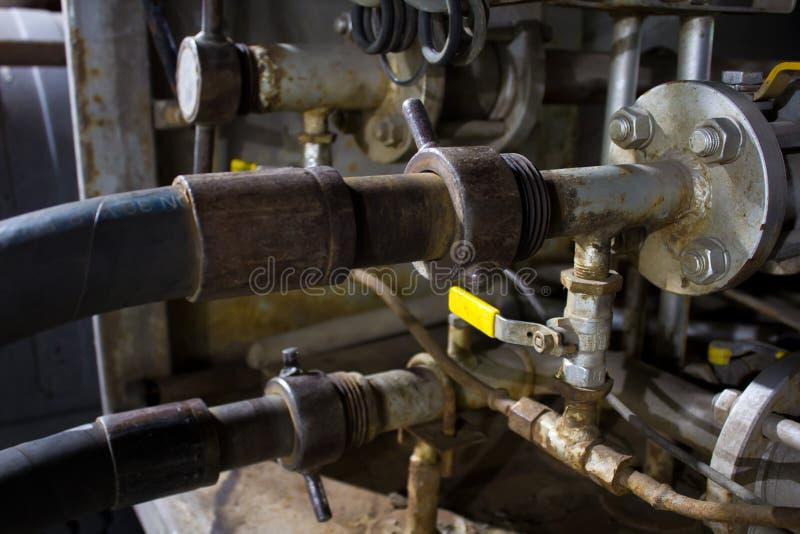 Σωλήνες αερίου, αγωγός αερίου από το φορτηγό δεξαμενών για να τοποθετήσει σε δεξαμενή στοκ εικόνα με δικαίωμα ελεύθερης χρήσης