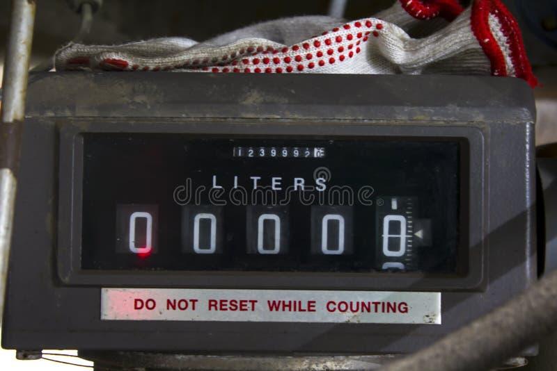 Σωλήνες αερίου, αγωγός αερίου από το φορτηγό δεξαμενών για να τοποθετήσει σε δεξαμενή στοκ φωτογραφία με δικαίωμα ελεύθερης χρήσης