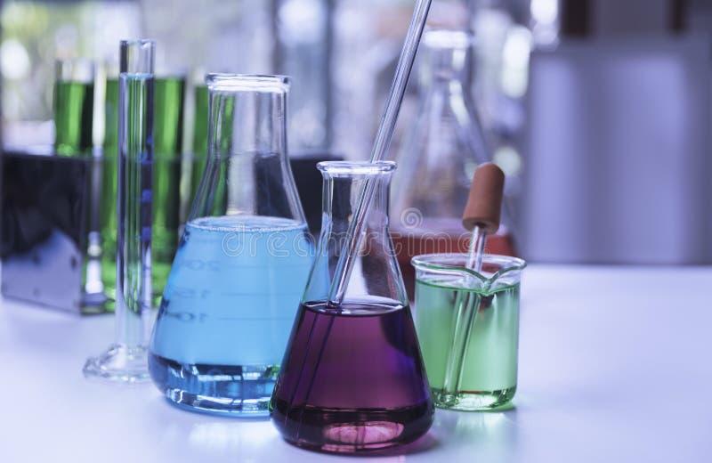 Σωλήνες εργαστηριακής χημικοί δοκιμής γυαλιού με το υγρό για την αναλυτική, ιατρική, φαρμακευτική και έννοια επιστημονικής έρευνα στοκ φωτογραφίες με δικαίωμα ελεύθερης χρήσης