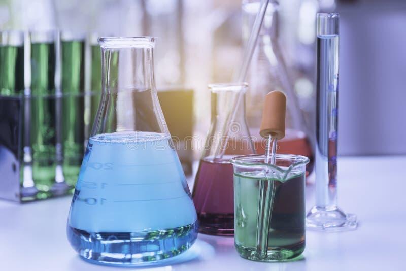 Σωλήνες εργαστηριακής χημικοί δοκιμής γυαλιού με το υγρό για την αναλυτική, ιατρική, φαρμακευτική και έννοια επιστημονικής έρευνα στοκ φωτογραφίες