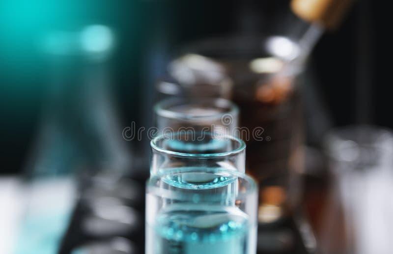 Σωλήνες εργαστηριακής χημικοί δοκιμής γυαλιού με το υγρό για την αναλυτική, ιατρική, φαρμακευτική και έννοια επιστημονικής έρευνα στοκ φωτογραφία