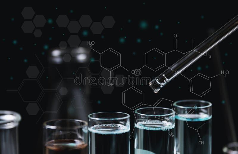 Σωλήνες εργαστηριακής χημικοί δοκιμής γυαλιού με το υγρό για την αναλυτική, ιατρική, φαρμακευτική και έννοια επιστημονικής έρευνα στοκ εικόνα με δικαίωμα ελεύθερης χρήσης