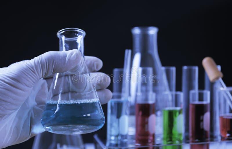 Σωλήνες εργαστηριακής χημικοί δοκιμής γυαλιού με το υγρό για την αναλυτική, ιατρική, φαρμακευτική και έννοια επιστημονικής έρευνα στοκ εικόνα