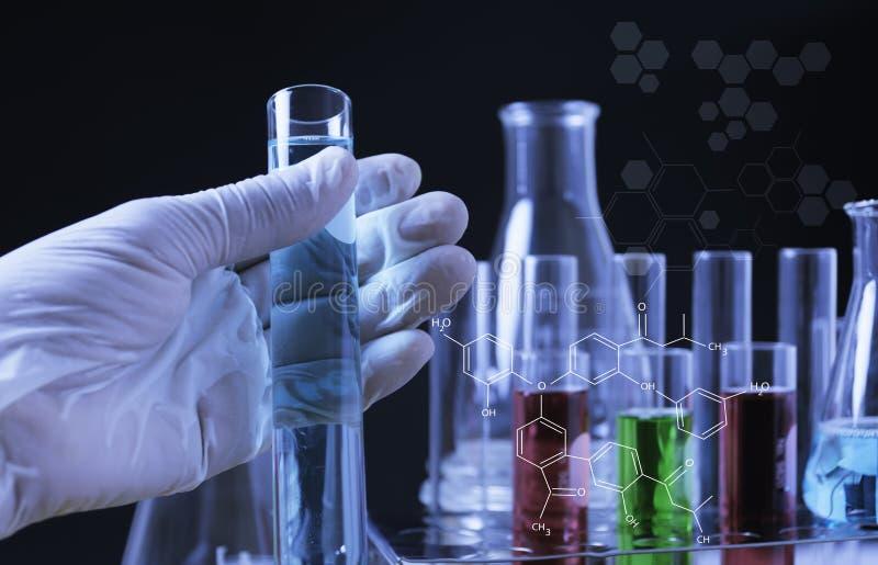 Σωλήνες εργαστηριακής χημικοί δοκιμής γυαλιού με το υγρό για την αναλυτική, ιατρική, φαρμακευτική και έννοια επιστημονικής έρευνα στοκ φωτογραφία με δικαίωμα ελεύθερης χρήσης