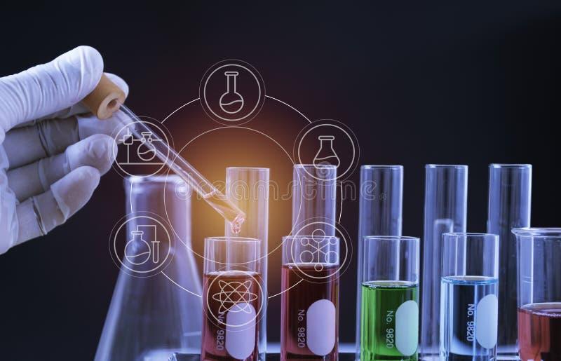 Σωλήνες εργαστηριακής χημικοί δοκιμής γυαλιού με το υγρό για την αναλυτική, ιατρική, φαρμακευτική και έννοια επιστημονικής έρευνα στοκ εικόνες με δικαίωμα ελεύθερης χρήσης