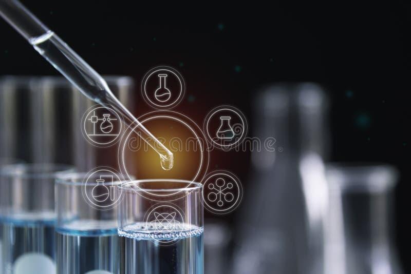 Σωλήνες εργαστηριακής χημικοί δοκιμής γυαλιού με το υγρό για την αναλυτική, ιατρική, φαρμακευτική και έννοια επιστημονικής έρευνα στοκ εικόνες
