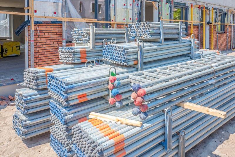 Σωλήνες υλικών σκαλωσιάς σε ένα εργοτάξιο οικοδομής σε Leidschendam, Κάτω Χώρες στοκ φωτογραφία