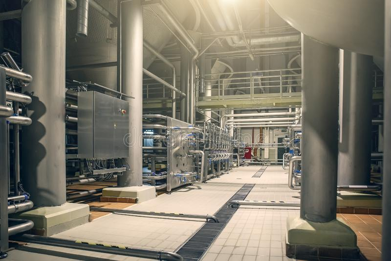 Σωλήνες χάλυβα και δεξαμενές αποθήκευσης για τη ζύμωση μπύρας του σύγχρονου εργοστασίου ζυθοποιείων ως αφηρημένο βιομηχανικό υπόβ στοκ εικόνα με δικαίωμα ελεύθερης χρήσης