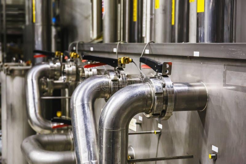 Σωλήνες χάλυβα στο σύγχρονο εργοστάσιο μπύρας, έννοια ζυθοποιείων Δεξαμενές χάλυβα για την παραγωγή μπύρας ανασκόπηση βιομηχανική στοκ εικόνα με δικαίωμα ελεύθερης χρήσης