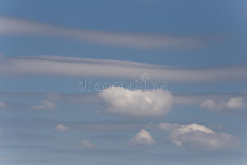 σωρείτης και cirrus θερινών σύννεφων στοκ εικόνες
