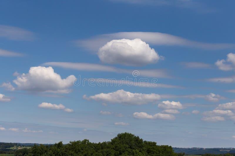 σωρείτης και cirrus θερινών σύννεφων στοκ εικόνα με δικαίωμα ελεύθερης χρήσης