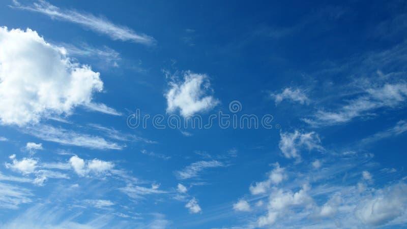 Σωρείτης cloudscape μπροστά από έναν σαφή μπλε ουρανό στοκ φωτογραφίες με δικαίωμα ελεύθερης χρήσης