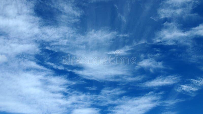 Σωρείτης cloudscape μπροστά από έναν σαφή μπλε ουρανό στοκ εικόνα