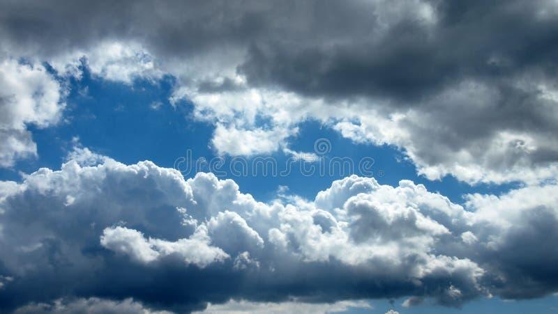 Σωρείτης cloudscape μπροστά από έναν σαφή μπλε ουρανό στοκ εικόνες με δικαίωμα ελεύθερης χρήσης