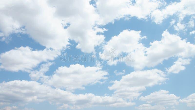 Σωρείτης cloudscape μπροστά από έναν σαφή μπλε ουρανό στοκ φωτογραφία με δικαίωμα ελεύθερης χρήσης