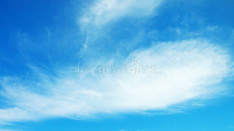 Σωρείτης cloudscape μπροστά από έναν σαφή μπλε ουρανό στοκ εικόνες
