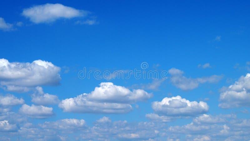 Σωρείτης cloudscape μπροστά από έναν σαφή μπλε ουρανό στοκ φωτογραφίες