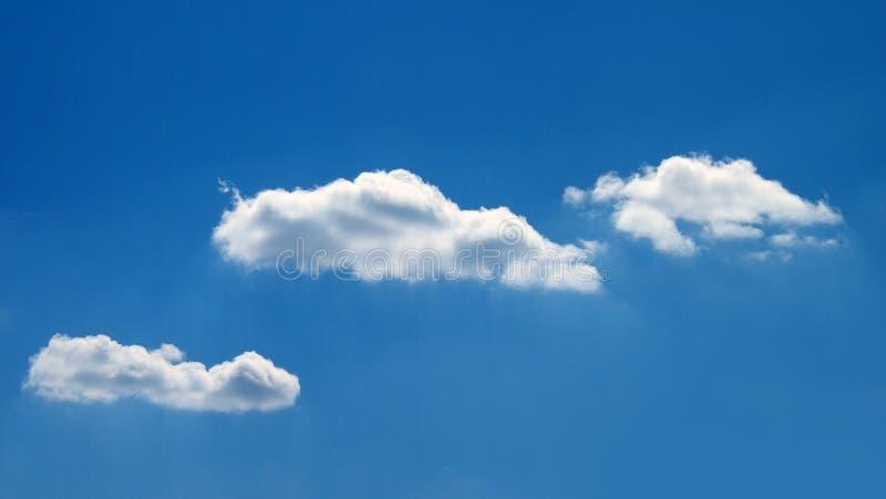 Σωρείτης cloudscape μπροστά από έναν σαφή μπλε ουρανό στοκ φωτογραφία