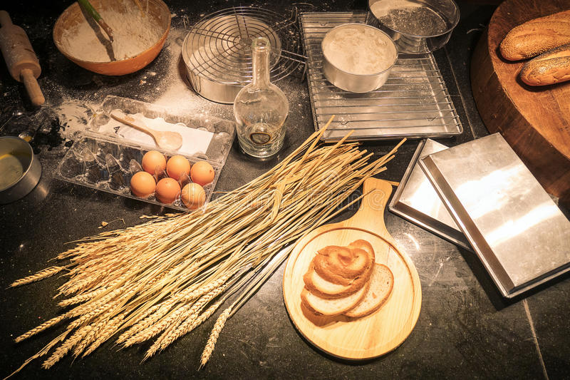 Σωριασμένη κουζίνα από έναν αρχάριο του σπιτικού αρτοποιείου στοκ φωτογραφίες