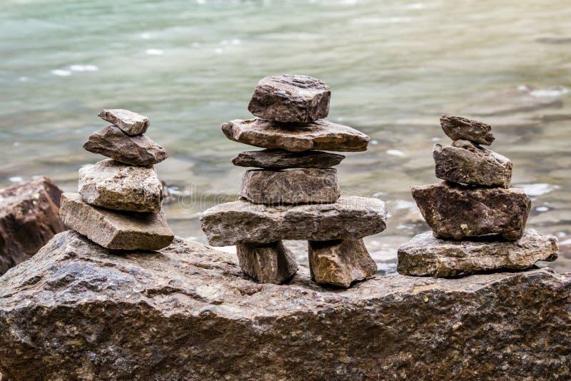 Σωροί βράχου Αλμπέρτα, Καναδάς - Inukshuk από τη λίμνη στοκ φωτογραφίες με δικαίωμα ελεύθερης χρήσης